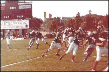 """Una fase di gioco dell'incontro Gladiatori vs. Diavoli (""""V. Lombardi"""", 27 Luglio 1980)"""